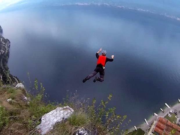 Paraşüt açılmayınca uçurumdan yuvarlandı