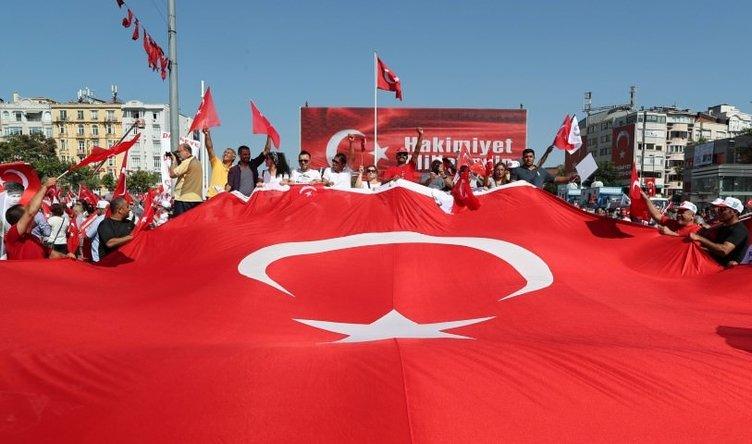İstanbullu Taksim'de darbeye hayır demek için toplandı