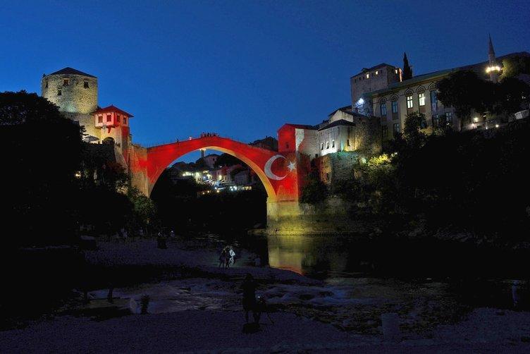 Dünyada bazı binalar Türk bayrağının renkleriyle ışıklandırıldı