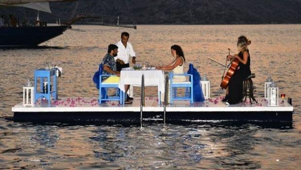 Denizin ortasında kutlama