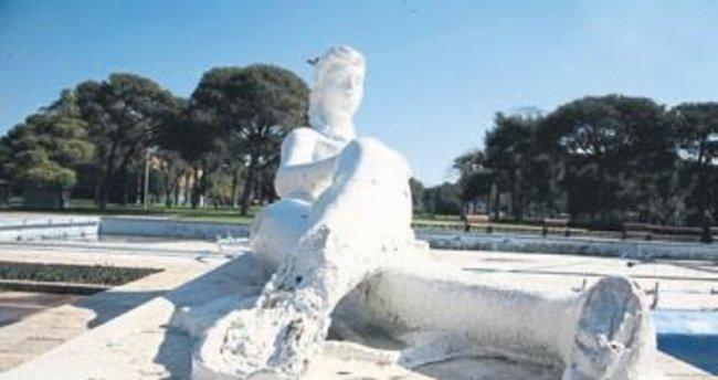 İzmir'in simgesi heykeller bakımsız
