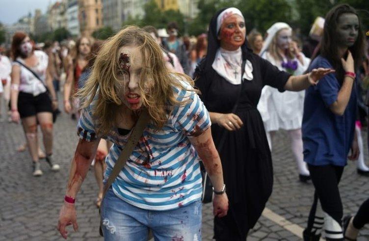 Zombiler caddeleri işgal etti