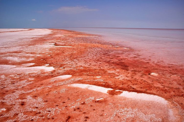 Tuz gölü kırmızı beyaza döndü