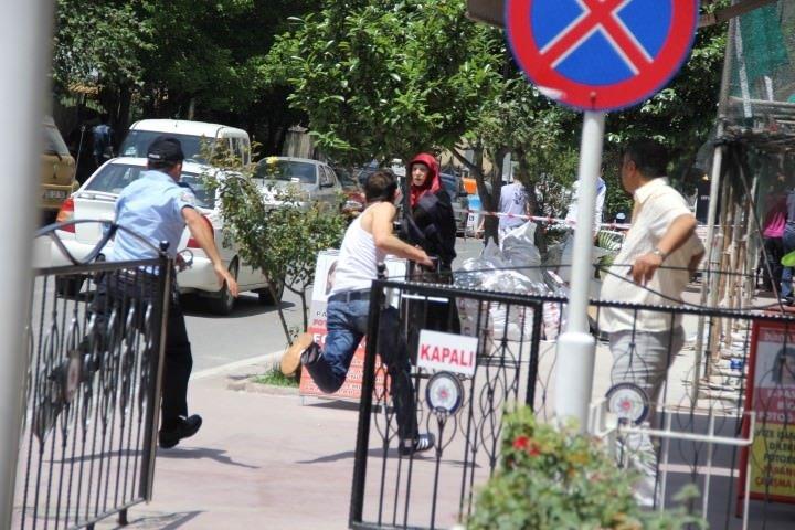 Vatandaştan polise tekmeli yardım