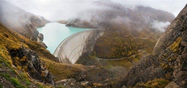 Barajın üstünden araçlar geçiyor