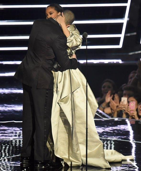 Rihanna ve Drake, MTV Video Müzik Ödülleri'ni salladı!
