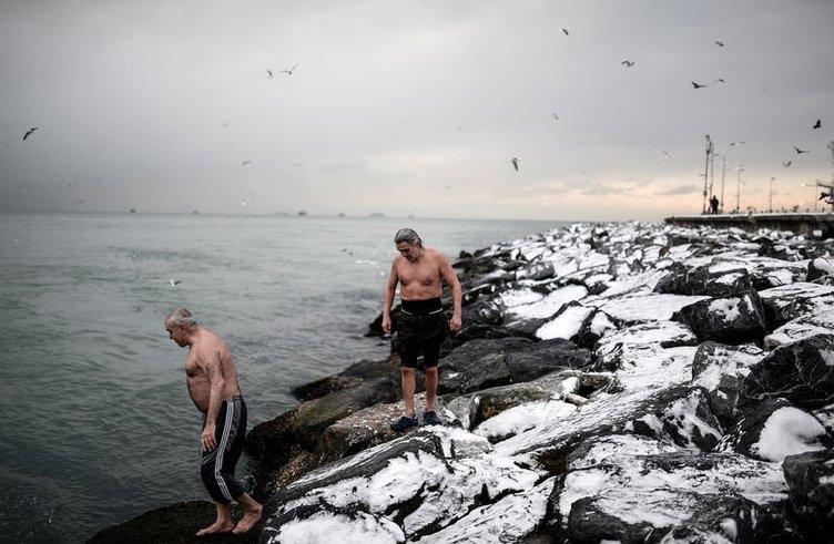 Sarayburnu Fatihleri dondurucu soğuğa aldırmadan denize girdi