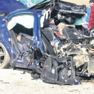 İş makinesine çarpan araçta 1 ölü, 3 yaralı