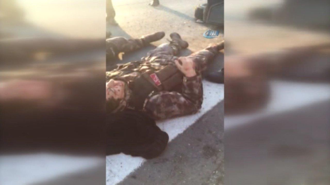 Vatandaşlar, devrilen zırhlı araçtaki polislerin yardımına koştu