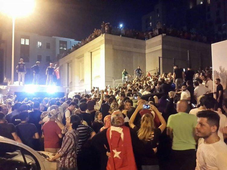Halk darbeye karşı sokaklara indi