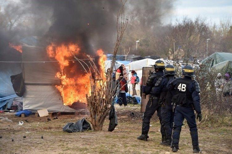 Mülteci kampını yaktılar