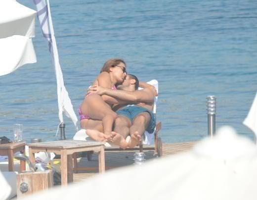 Plajda aşk tazelediler