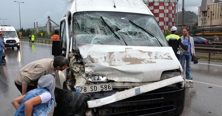 Karabük'te minibüs TIR'a çarptı: 5 yaralı