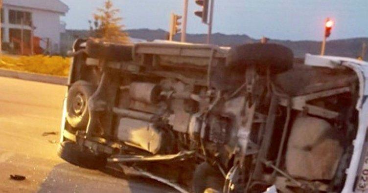 Kocaeli'de yolcu minibüsü bilborda çarptı: 7 yaralı
