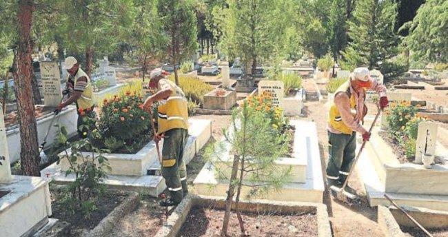 Denizli'de belediye, kabirleri temizliyor