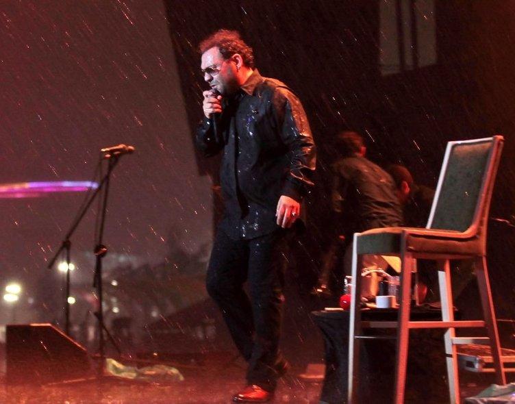 Yaşar ve Seksendört yağmur altında söyledi
