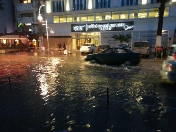 İzmir'i bir anda su bastı