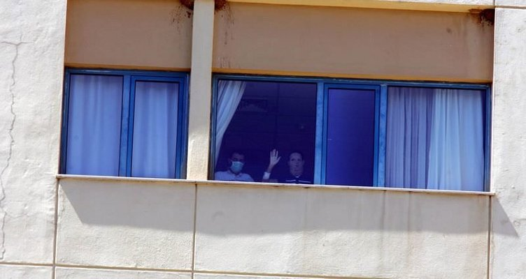 Yüz naklinden 84 gün sonra pencereden el salladı