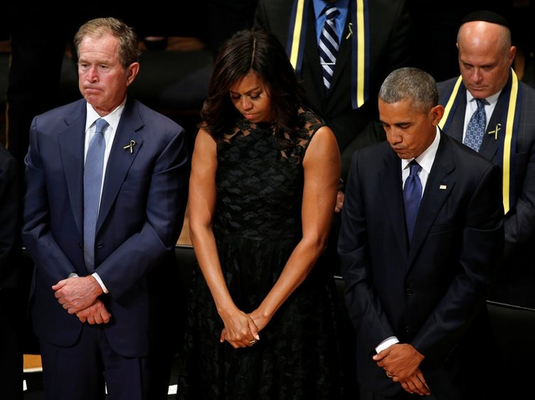 Obama öldürülen polisler için gözyaşı döktü