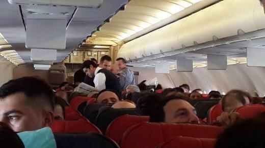 Ferhat Göçer'den uçaktaki hastaya acil müdahale