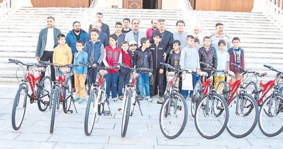 Camiye gidenlere bisiklet hediye