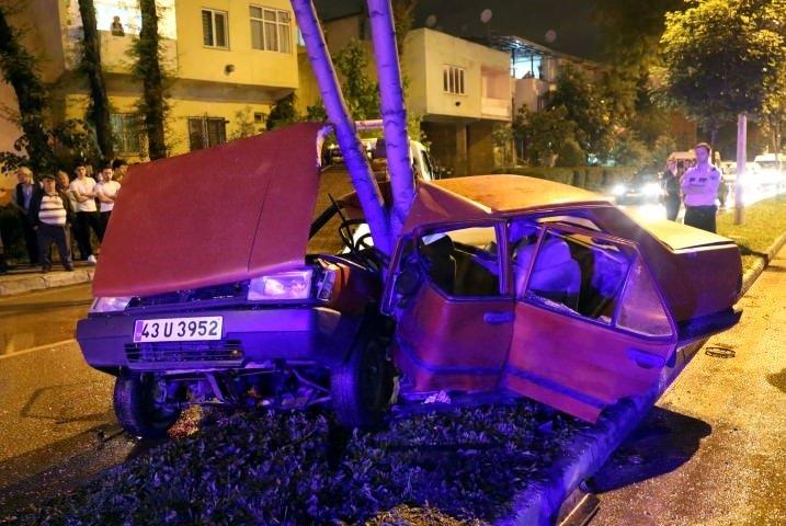 Ağaca çarpan otomobil ikiye bölündü: 3 yaralı