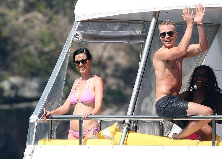 Katy Perry çıplaklar kampında