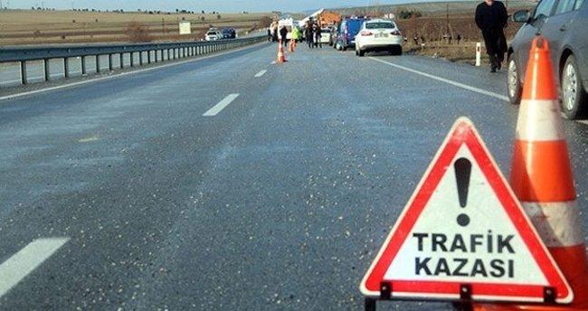 Hafif ticari araç traktöre çarptı: 1 ölü, 2 yaralı