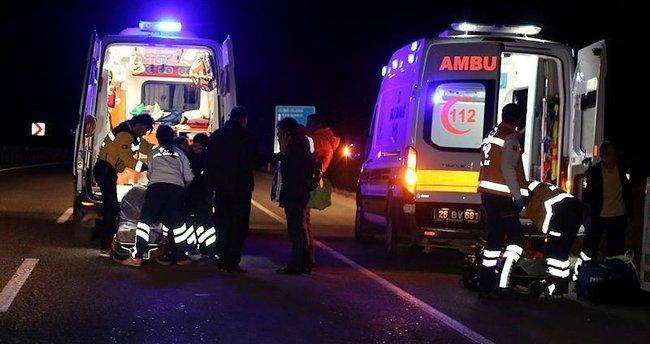 Yolcu otobüsü tıra çarptı: 1 ölü, 29 yaralı