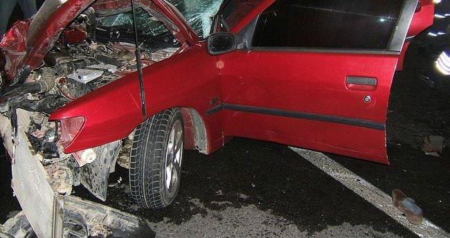 Otomobil TIR'a arkadan çarptı: 2 ölü, 1 yaralı