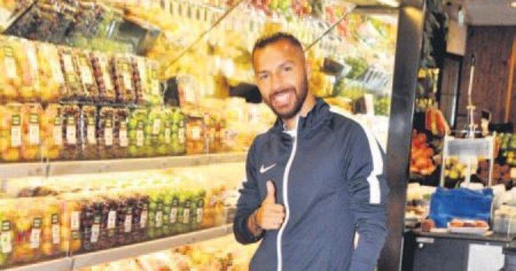 Yıldız futbolcu mutfak alışverişi yaptı
