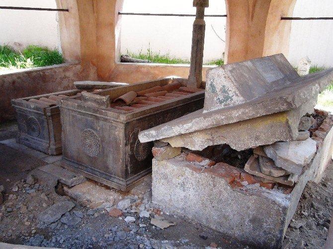 Tarihi mezarları talan ettiler