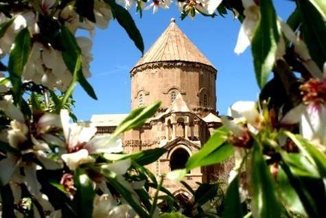 Akdamar Adası çiçek açtı