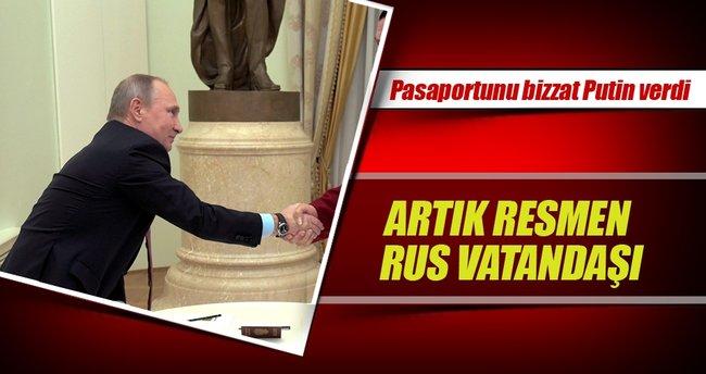 Rus pasaportunu Putin teslim etti
