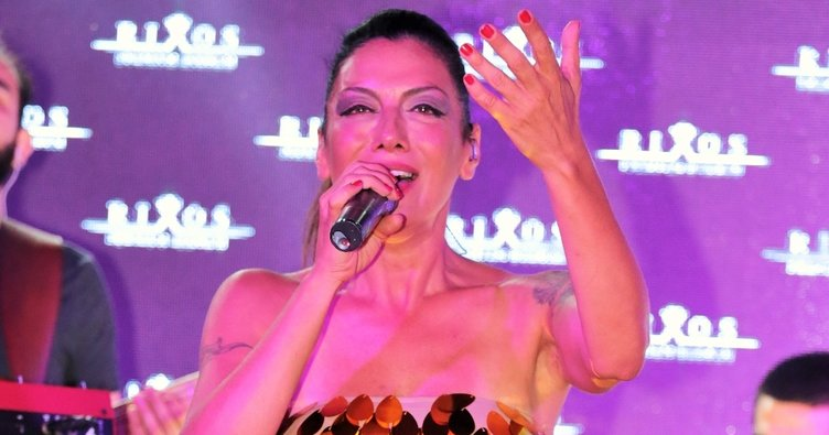 Sibel Tüzün yalın ayak konser verdi