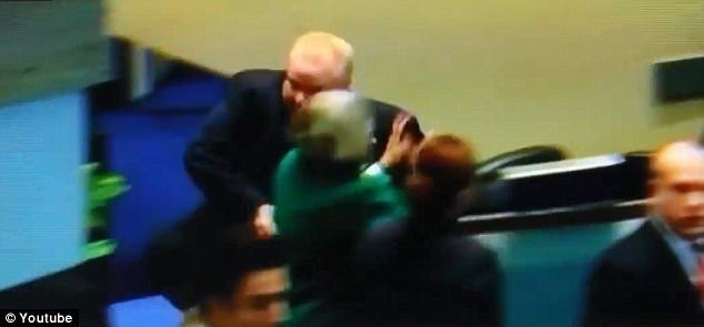 Yetkisi alınınca meclis üyesine saldırd
