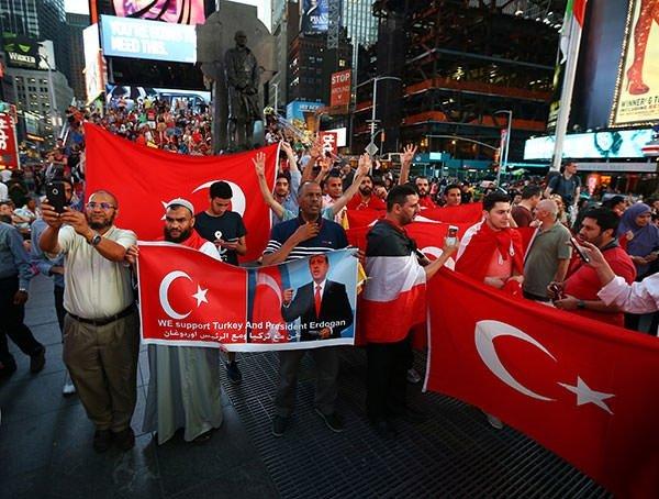 FETÖ'nün darbe girişimi New York'ta protesto edildi