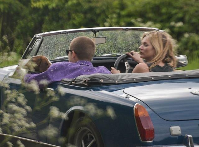 Kate Moss, arkadaşının 18 yaşındaki oğluyla aşk yaşıyor