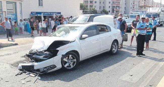 Erdemli ilçesinde iki araç kavşakta çarpıştı