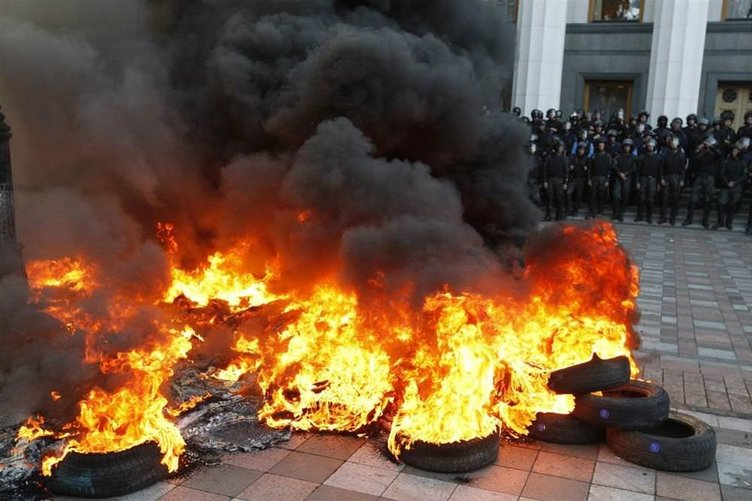 Parlamento önünde çatışma