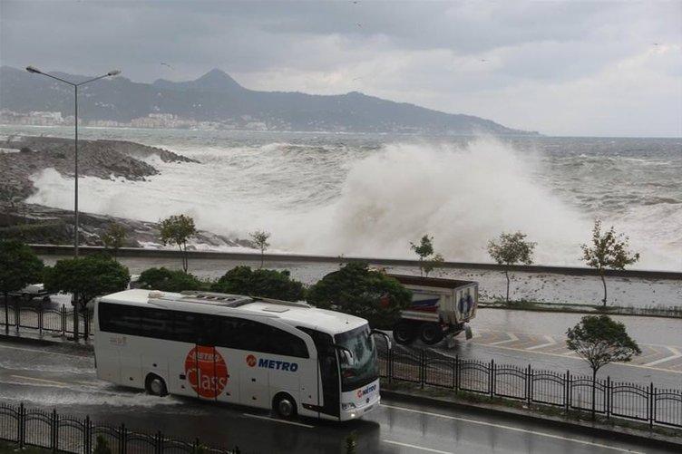 Dalgalar Karadeniz sahil yolunu trafiğe kapattı