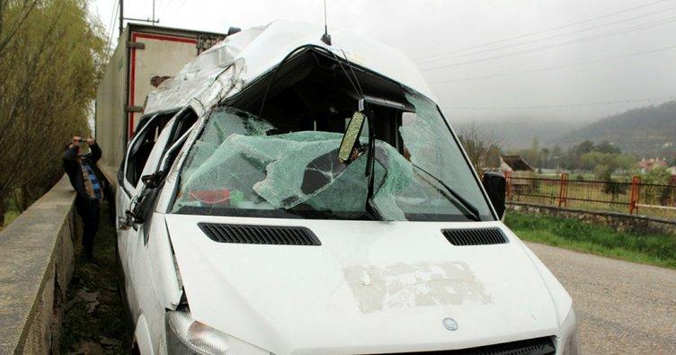 Yabancı uyruklu öğrencileri taşıyan minibüs devrildi: 15 yaralı