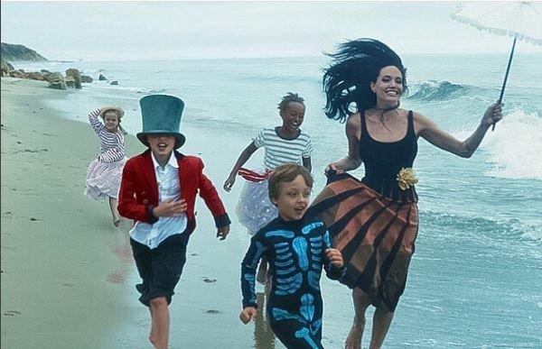 Angelina ailesiyle objektif karşısına geçti