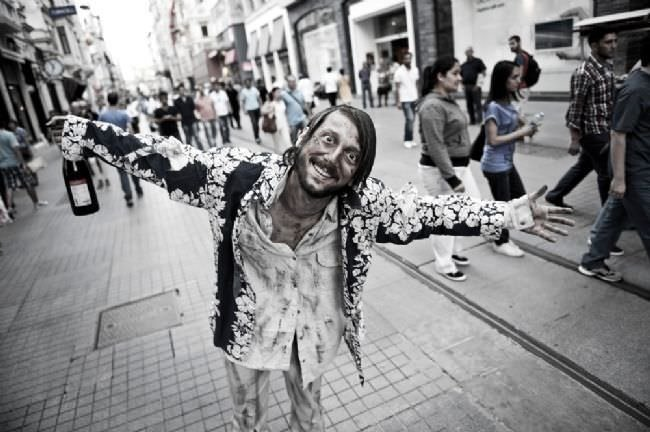 Ünlüler, evsizler için sokakta