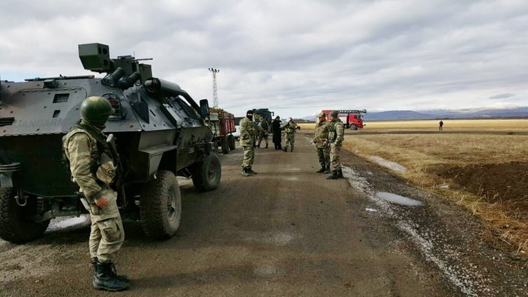 PKK, çamura saplanan bomba yüklü minibüsü patlattı