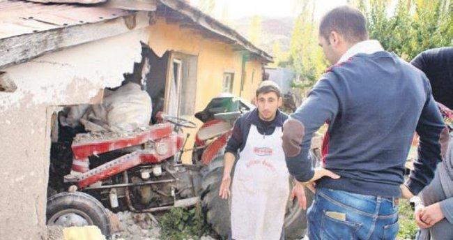 Traktör duvarı yıktı: 1 ölü