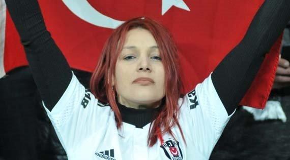 Kızıl saçlı kız Beşiktaş - Lyon maçına damga vurdu!