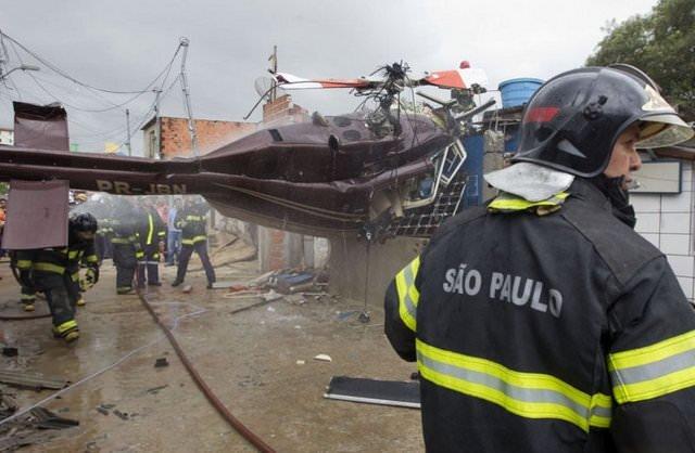Helikopter evin üstüne düştü