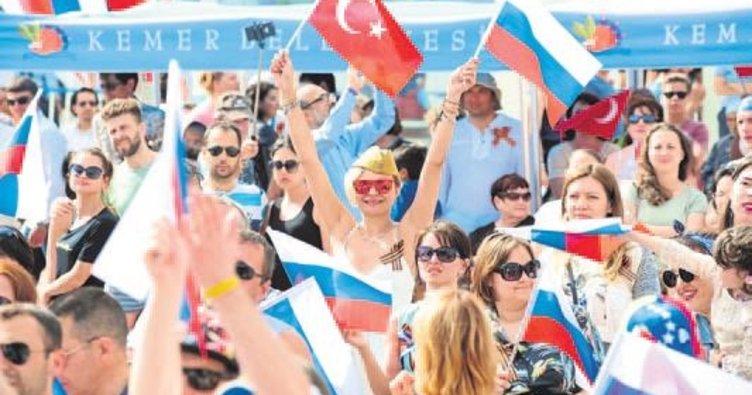 Ruslar bayramı Kemer'de kutladı