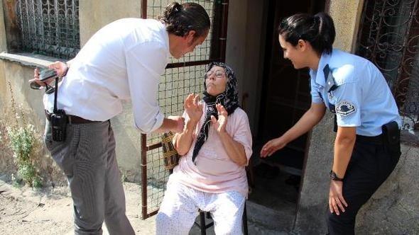 Zonguldak'ta dolandırıcıya kaptırdığı parası iade edilen yaşlı kadının sevinci